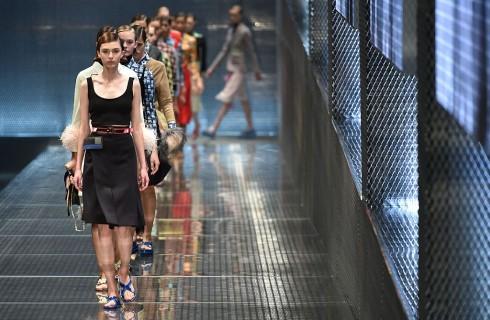 Prada, sfila a Milano la collezione Primavera Estate 2017