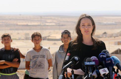 Angelina Jolie visita un campo profughi tra Siria e Giordania