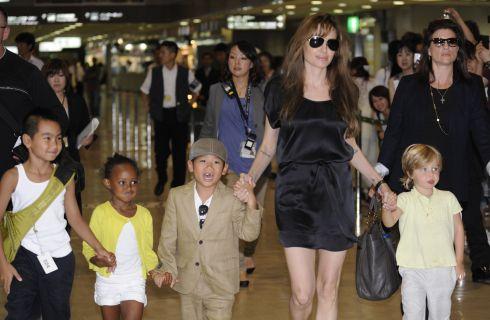 Angelina Jolie, madre single a Londra con i figli da Hamley's (foto)