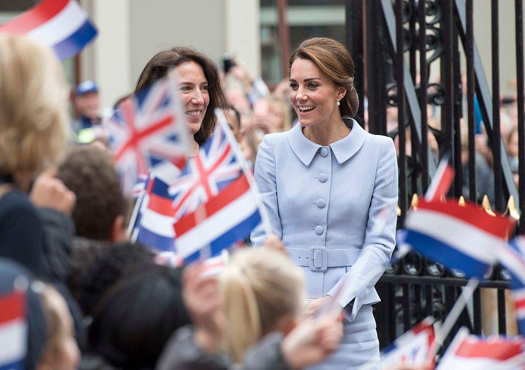 Kate Middleton in posa come la Ragazza con l'orecchino di perla, le foto