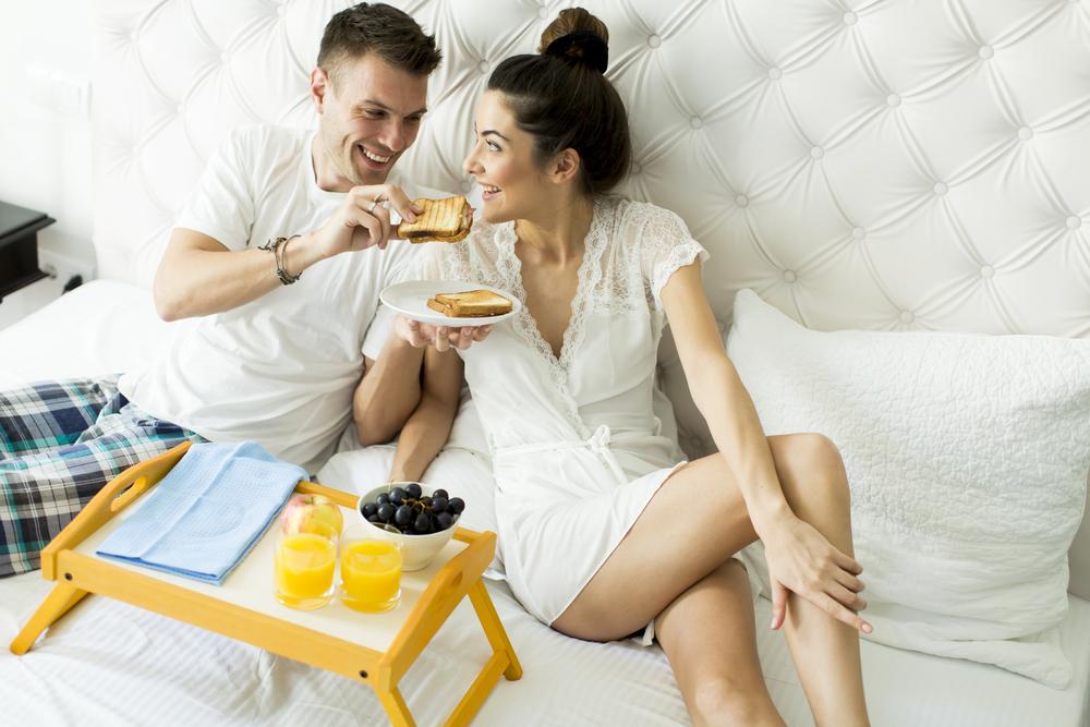 5 cose che le coppie innamorate fanno tutti i giorni - Impazzire a letto ...