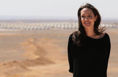 Angelina Jolie si emoziona parlando del divorzio da Brad Pitt (video)