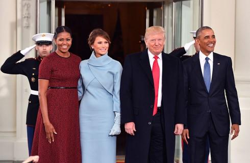 Melania Trump in celeste come Jacqueline Kennedy per l'arrivo alla Casa Bianca