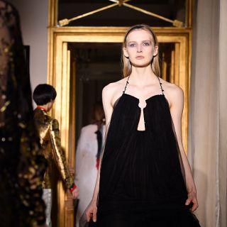 Schiaparelli apre le sfilate della Haute Couture a Parigi