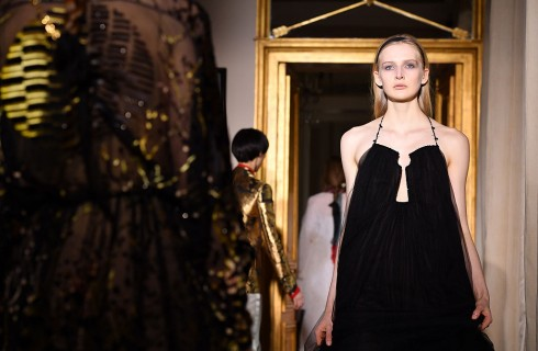 Schiaparelli apre le sfilate Haute Couture a Parigi: collezione primavera - estate 2017