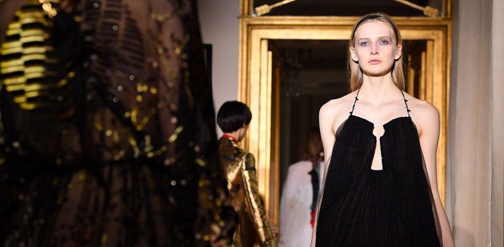 reputable site c5a88 8c95f Schiaparelli apre le sfilate Haute Couture a Parigi ...