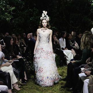 Il ballo in maschera di Dior sfila a Parigi