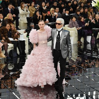 Chanel: sfila la donna cucchiaio disegnata da Lagerfeld