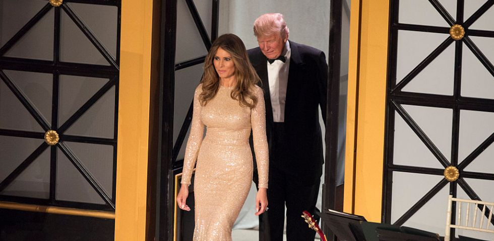 Melania Trump in abito dorato: primo look da First Lady
