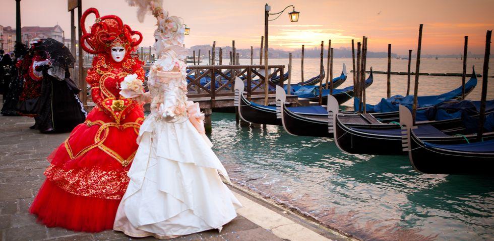 6ea85f64df06 Carnevale di Venezia  vestiti e maschere tipiche