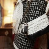 Chanel, Gabrielle media in tweed (prezzo su richiesta) ph. Stephane Gallois
