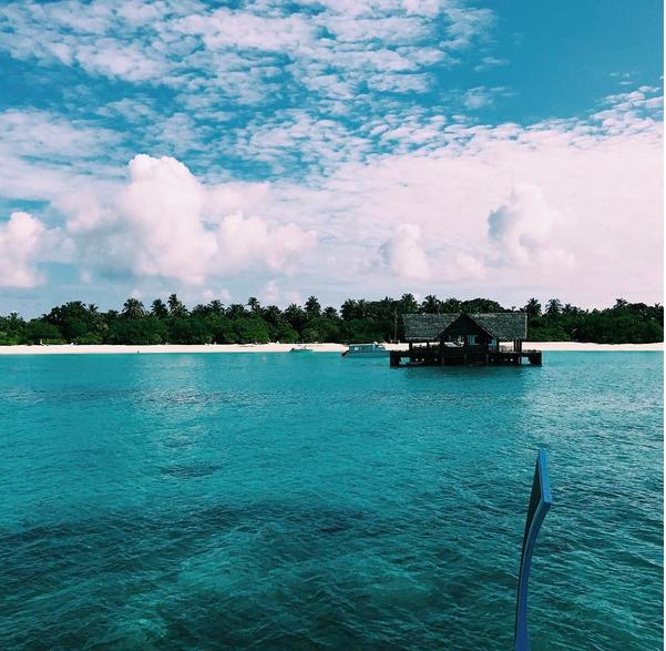 Aurora Ramazzotti in bikini alle Maldive con papà Eros, foto