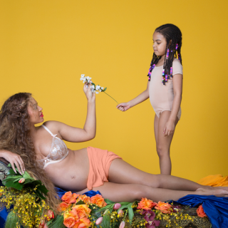 Beyoncé è incinta di due gemelli e posa nuda con il pancione