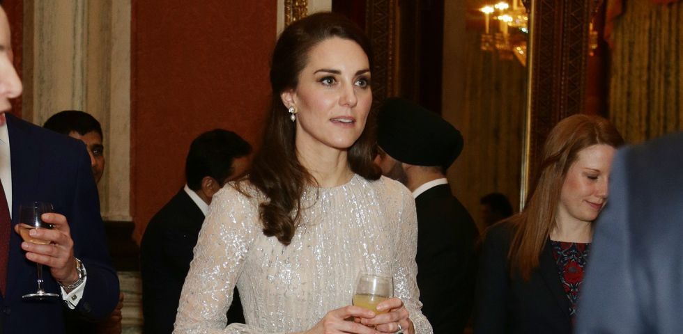 Kate Middleton, look luccicante dalla testa ai piedi a Buckingham Palace