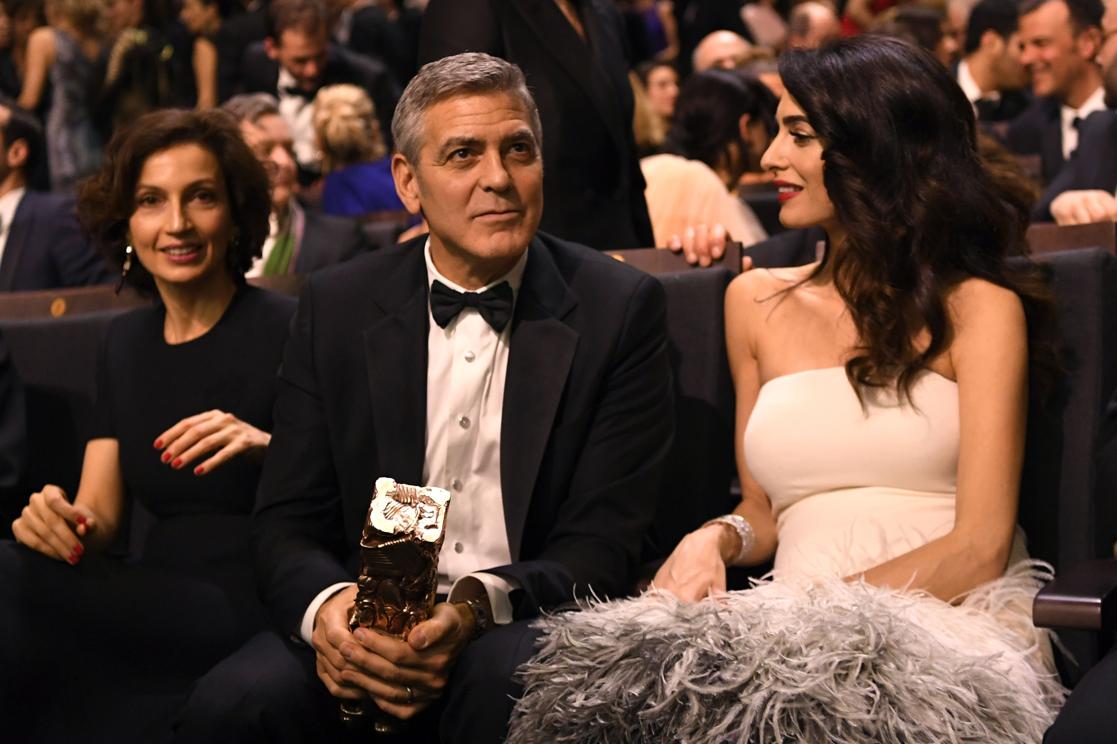 Amal Clooney, le prime foto con il pancione