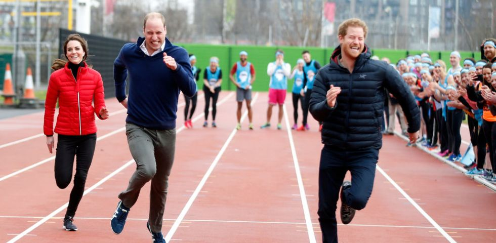 Kate Middleton, il Principe William e Harry si sfidano nella corsa per beneficenza (video)