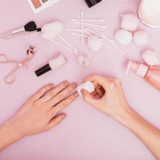 Come mettere lo smalto senza sbavature