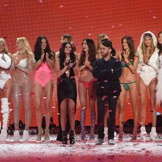 Selena Gomez, The Weeknd e Bella Hadid insieme a Parigi