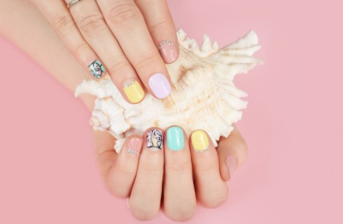 Adesivi per unghie: come si mettono e come si tolgono