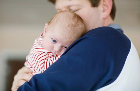 Come far smettere di piangere un neonato: la soluzione del papà (video)