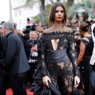 Il look di Emily Ratajkowski sul red carpet di Cannes 2017
