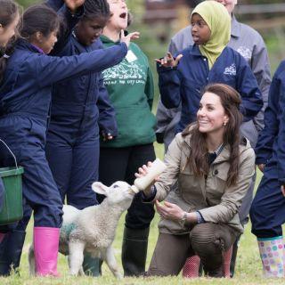 Kate Middleton: al lavoro in fattoria con i bambini