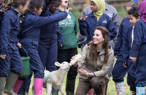 Kate Middleton: la Duchessa al lavoro in fattoria con i bambini