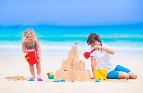 Giochi estivi per bambini all'aperto e al mare
