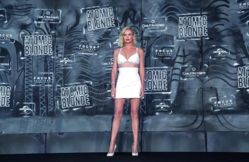 Charlize Theron, meravigliosa sul red carpet di Atomica Bionda: sarà la prossima Bond girl?