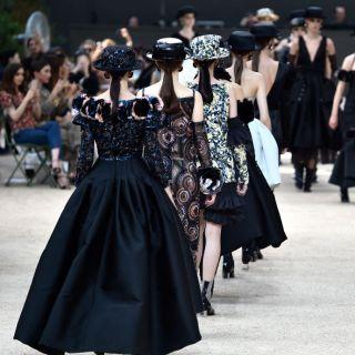 La sfilata Chanel Haute Couture ai piedi della Torre Eiffel