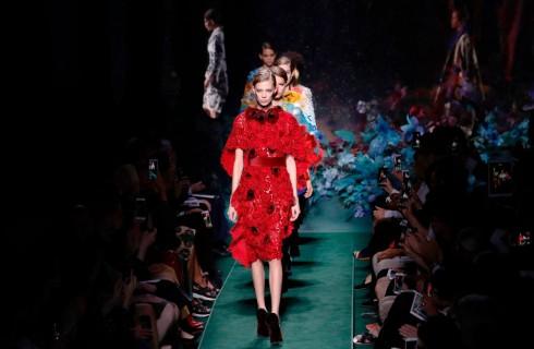 Fendi sfila a Parigi con la collezione Alta Pellicceria