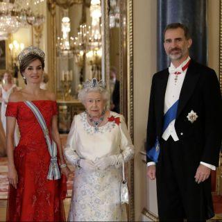 Kate Middleton sceglie il rosa per incontrare Letizia Ortiz