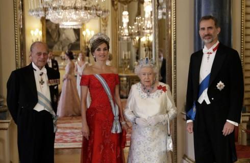 Kate Middleton incontra Letizia Ortiz con un abito Marchesa e il diadema preferito da Lady Diana (foto e video)