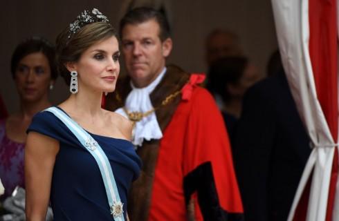 Letizia Ortiz: tutti i look del viaggio nel Regno Unito e il confronto con Kate Middleton (foto)