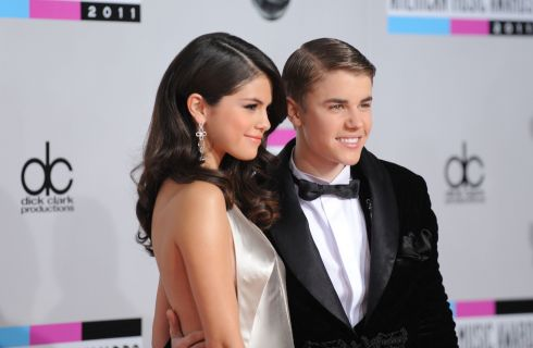 Selena Gomez e Justin Bieber: la foto della passeggiata romantica al lago