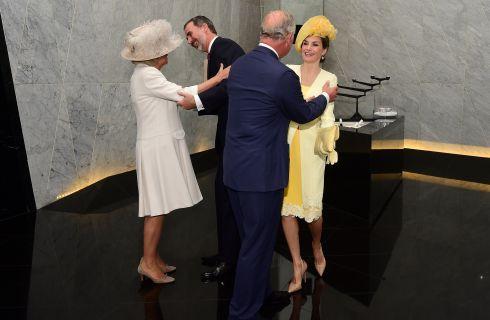 Gaffe per il Principe Carlo e Camilla: non sanno quanti baci dare a Letizia Ortiz e a Re Felipe di Spagna