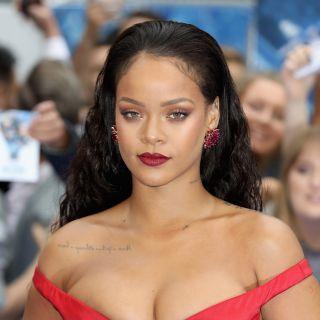 Rihanna in bikini e piume per il Carnevale delle Barbados