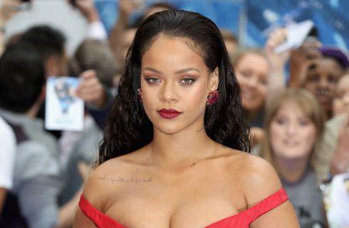 Rihanna in bikini gioiello, piume e parrucca colorata per il Carnevale delle Barbados (foto)