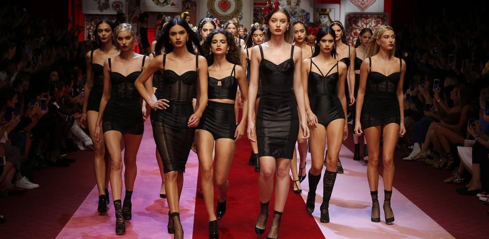 Dolce   Gabbana  la regina di cuori in passerella per la collezione ... 260ed34c321