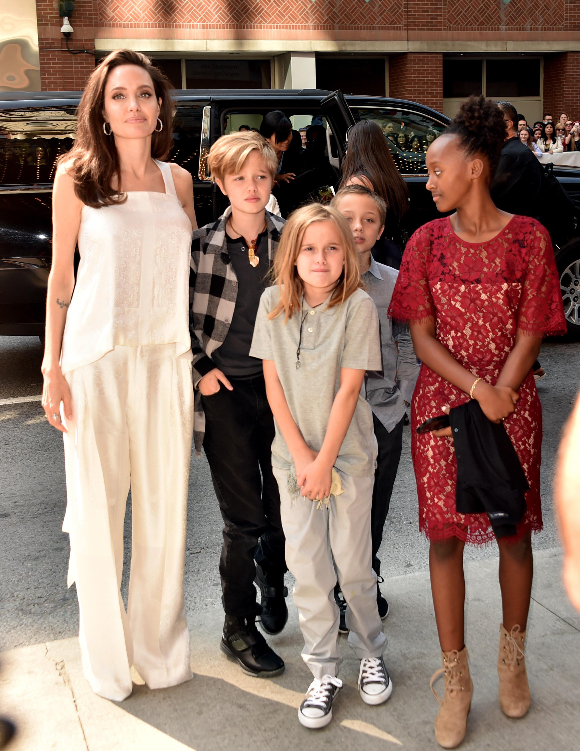 Angelina Jolie, red carpet con i figli a Toronto