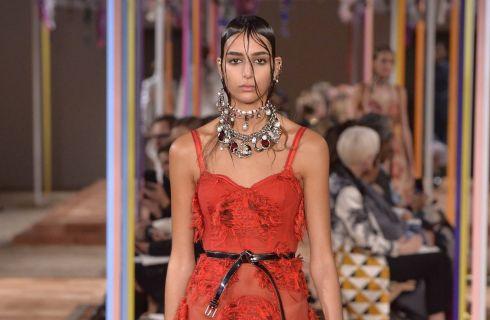 La collezione primavera estate 2018 di Alexander McQueen, il brand amato da Kate Middleton