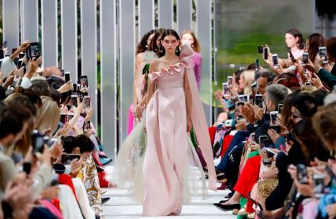 Valentino: il viaggio sulla luna di Pierpaolo Piccioli per la collezione primavera estate 2018