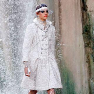 La donna Chanel sfila in pvc tra le cascate del fiume Verdon