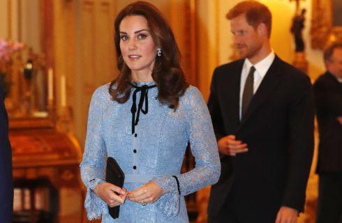 Kate Middleton incinta, mostra la pancia in pubblico per la prima volta