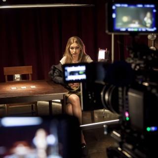 Gigi Hadid firma i nuovi sabot Stuart Weitzman