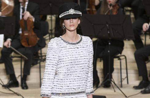 Kaia Gerber, figlia di Cindy Crawford, in passerella per Chanel