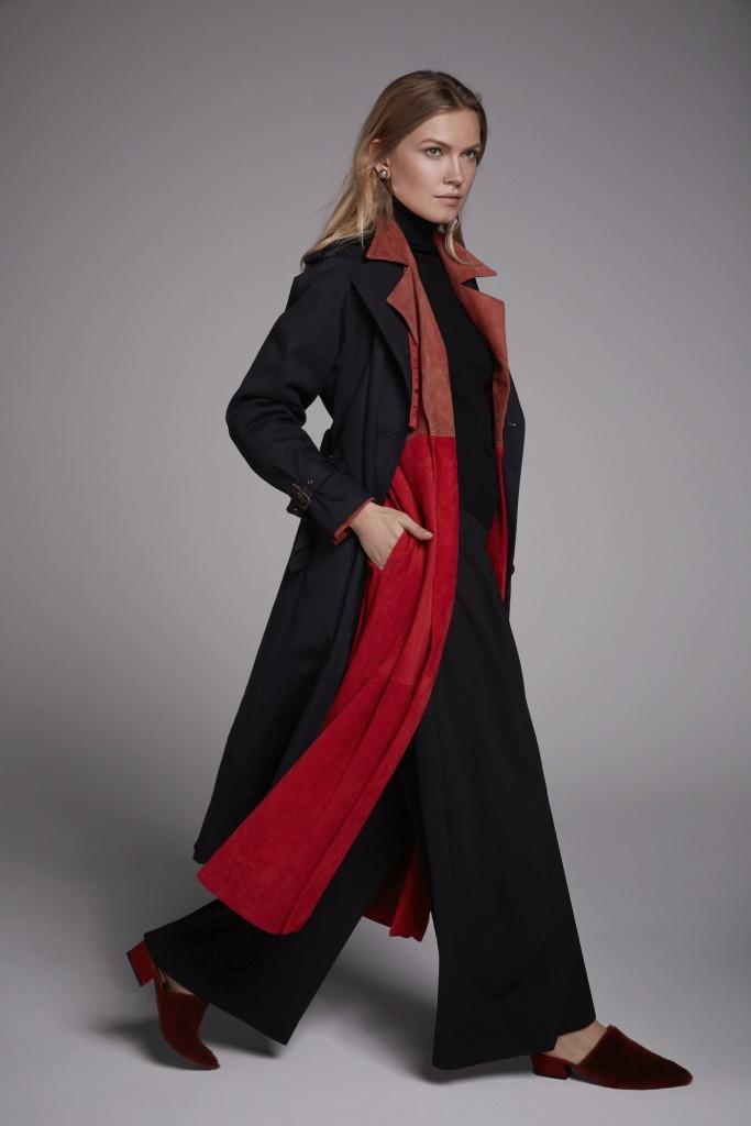 676e3ca61c3aa9 Dolcevita e wide leg pants di Naheva; trench coat in suede bicolore Angelia  Ami; cappotto blu navy L'Impermeabile; slipper con monotone Fabio Rusconi,  ...