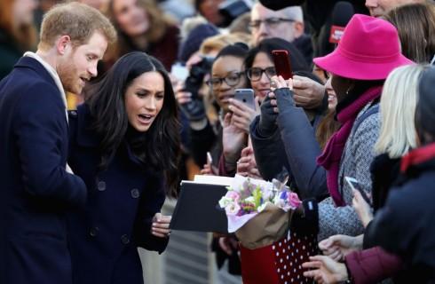 Meghan Markle e principe Harry: bagno di folla per la prima uscita pubblica