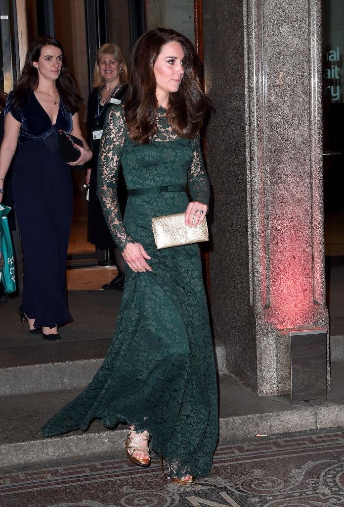Uno degli abiti più belli di Kate Middleton dell ultimo anno è senz altro  quello in pizzo verde di Temperley London che la duchessa ha indossato per  il ... 97c9837f559