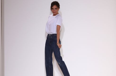 Sorridete (o forse no): la T-shirt di Victoria Beckham è di nuovo online